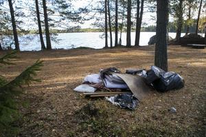 Med Kronofogdens hjälp har Stora Enso kunnat avhysa personer vid ett läger strax söder om Tönnebro. Den platsen lämnades relativt städad jämfört med andra lägerområdet.