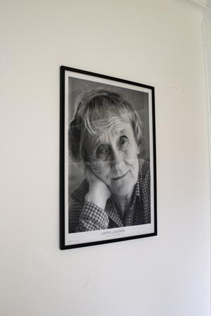 I biblioteket hänger ett foto på Robins favoritförfattare Astrid Lindgren.