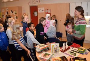 Eleverrna fick var sin signerad bok av Lotta Geffenblad.