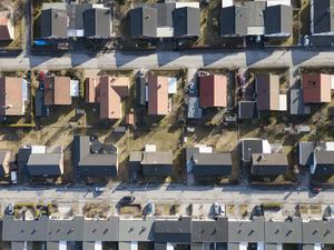 Självklart ska vi motverka spekulation och låg bostadsstandard, men då måste fastighetsskatten bort och ersättas med en låg fast avgift på cirka 3000 per år och fastighet, skriver Lars Hasselfeldt och Leif Johansson. Foto Fredrik Sandberg, TT.