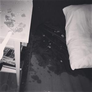 Så här såg det ut i Ida Wallstens sovrum efter att glaset från Ikea plötsligt exploderat intill sängen där familjen sov.