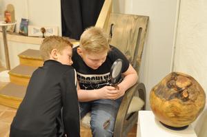 Eleverna fick tillfälle att närstudera Leif Wikners Klokare klot. Foto: Karin Jirdén