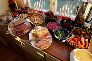 Foto: Fredrik Sandberg / SCANPIX. Matkassarna packas så de blir skräddarsydda till familjerna och kommer även innehålla annan mat än traditionell julmat.