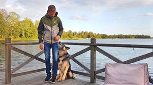 Andreas Jonsson la släpskon på hyllan efter 25 år av speedway och ett stort antal krascher och skador. Här med hunden Boris.