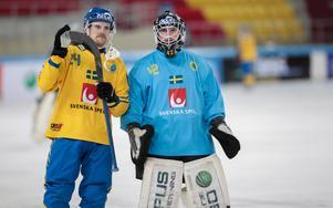 Martin Johansson och Anders Svensson tackar publiken i Erofey Arena.Foto: Rikard Bäckman / Bandypuls.se / TT