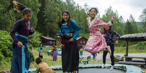 Sommarlov i Medelpad är något nytt för de norska tjejerna Lhazye Tara, Tsering Doma och Samgye Chodon. På det tibetanska lägret får de lära sig mer om traditionell dans och matlagning, men de ska också bestiga det branta Hattberget som tornar upp sig bakom kursgården.