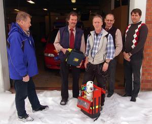 Kriterierna för IVPA-larm har förändrats under åren och det nu skrotade (?) första hjälpen-avtalet tillkom för att bibehålla trygghet för invånare i områden långt från närmast stationerade ambulans. Här – på ett foto från 2011 – har privatpersoner, brandmän och arbetsgivare, från vänster John Mattsson, Åke Lundsjö, Kjell Olsson, Pär Hane och Timo Lehtola, samlats vid Gagnefs brandstation för att understryka betydelsen av räddningstjänstens sjukvårdsinsatser.