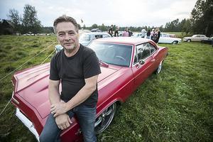 Ove Olsson köpte den här bilen som ett vrak för många år sedan nu efter flera tusen timmars arbete på bilen är den i ett perfekt skick. Det är en Chevrolet Impala från 1965.