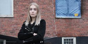 Erica Norlin jobbar som volontär på Avesta katthem i Skogsbo.