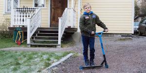 Axel Sjöström bor i Horndal tillsammans med sin mamma, pappa och fyra syskon. Han brukar lira fotboll och åka kickbike.