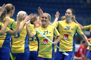 Sverige jublar i semifinalen mot Tjeckien under innebandy-VM i Bratislava. I dag bärgade de guldet i finalen mot Finland. Bild: TT Nyhetsbyrån.