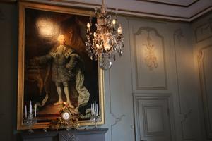Stora matsalen i residensvåningen inreddes i rokokostil 1766 under dåvarande landshövding Johan Abraham Hamilton. Över kalkstensspisen hänger ett porträtt av kung Adolf Fredrik som var regent. Till höger en senare tillkommen tapetdetalj från 1920-talet med banjo och saxofon, den tidens modeinstrument.