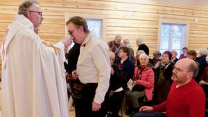 Mats Lagerman tar nattvarden i Högvålens kapell under invigningen den 6 januari 2018.