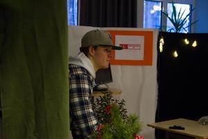 Isac Hagby från Närplockat UF pratade med kunder och informerade om företaget under julmarknaden.