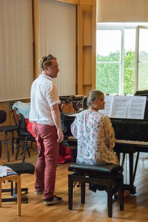 Ackompanjatören Simon Crawford-Philips tillsammans med pianisteleven Rebecka Elsgard.