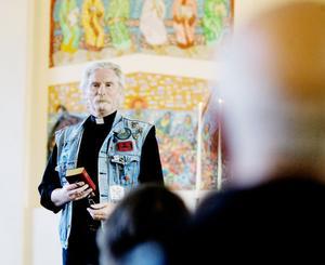 Livet är inte bara en dans, det är en lek också, påminde prästen Jan Bolldén.