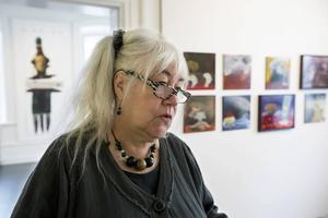 Brita Wenglin visar utställningen