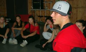 Visa känslorna. Thomas Bentsem talar med eleverna på S:t Mikaelskolan om street-dance.