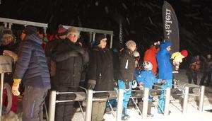 Det började snöa medan besökarna väntade på sin tur att få åka upp på toppen.