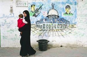 Livet i Gaza. Fotobokens bilder bildar en berättelse. Längst till vänster Arafats hovmålare, bröderna Bahaa och Dia al-Qidra i aktion 2004.