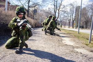 Soldaterna håller hela tiden uppsikt åt alla håll när de rycker fram.