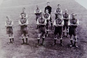 Halvarssons utgjorde (nästan) hela Drevdagens IF en gång i tiden. Längst bak i bild syns målvakten Sven Emretsson, kusin till de tio bröder Halvarsson han har framför sig i en 2–3–5-formation: Harald, Alf – Folke, Albert, Manfred – Evald, Paul, Bo, Bengt och Olov.