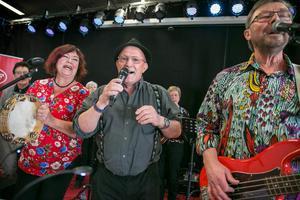 Elisabet Risander, Roland Röllin och Leif Risander rockar loss på scenen när Caféorkestern gästade elvakaffet på Brandmannen.