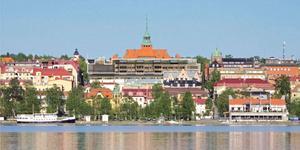 Fotomontage från Vallaleden på Frösön (Gisteråsjöstrand Arkitektur). Vi har förtydligat påbyggnaden av kvarteret Läkaren med en vit kantlinje.