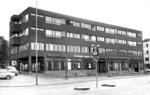 Vi hoppar fram till 1969. Huset känner ni säkert igen men Pressateljen har flyttat lite uppåt på Artillerigränd, Östersund Omnibus AB finns inte mer, inte heller Begravningsföreningen och Z-trafikskola har flyttat till huset bredvid.