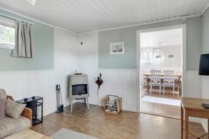 I allrummet finns en kamin som hjälper till att hålla värmen i huset. Foto: Svensk Fastighetsförmedling.