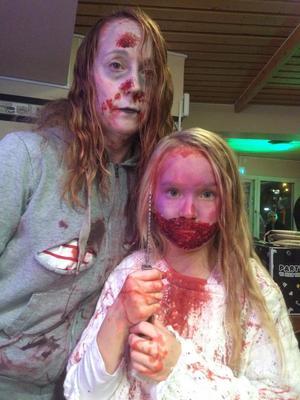 Mamma och dotter från förra årets zombiewalk.