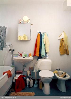 De sista flerfamiljsbostäderna fick egna badrum först på 1970-talet. Då hade de flesta hushållen anslutits till avloppsnätet.Foto: Karl Erik Granath/Nordiska museet