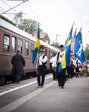 Fantåg, under ledning av Avesta Folkdansgille, från Avesta centrumstation till stora scenen vid torget.