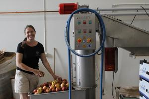 Katarina Holmberg är redo att sätta igång med dagens produktion. – Jag har ett halv ton äpplen och flera hundra liter jordgubbar som ska pressas idag. Det kommer att ta några timmar!
