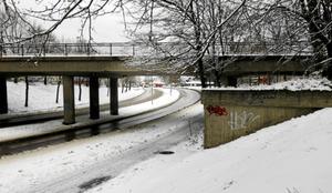 Här går det befintliga spåret över kurvan där Staketgatan byter namn till Strömsbrovägen. I det nya alternativet skulle ett kompletterande spår dras i bakgrunden vid första trafikljusen på Strömnsbrovägen där bilarna skymtar på bilden.