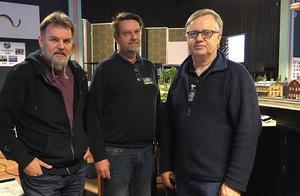 De här tre startade Svenska Sommar Moduler. Fr v Peter Cederstrand, Täby, Håkan Grundstedt, Stockholm och Seth Olofsson som snart bor i Furudal - hans hustru har sina rötter i Dalbyn. och nu har de hus i Arvet.