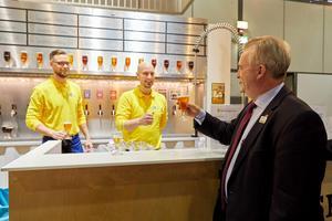Foto: Bernhard LudewigAnders Wiken från Oppigårds och Erik Sahlin från Sahlins brygghus serverade öl till mässans besökare. En som gillade Dalaölen var Sveriges jordbruksminister Sven-Erik Bucht.