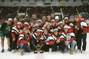 Foto: Arkiv. Södermanlands tv-puckslag som tog guld år 2002. Här  hyllas laget i en periodpaus i elitseriematchen mellan SSK-Modo.