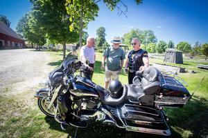Först på plats. Rolf Vanered och Sverre Roxö kom till Färna först. Här samtalar de med ortsbon Clas Ericson, i mitten, om Sverres Harley Davidson, Electra. En jubileumsmodell från 2003. Foto: Lennye Osbeck