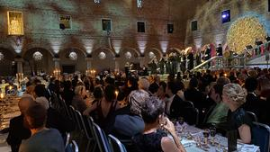 Svenska kammarorkestern placerade i trappen när de spelar inför gästerna på Nobelbanketten. Foto: Gregor Zubicky