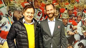 Harri Rindell välkomnades till Fjällräven Center av Rikard Edblad, säljare på Modo Hockey. Bild: Privat