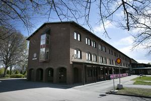 Moderaterna i Borlänge har bråkat för öppen ridå, röstat olika i kommunfullmäktige och lagt budgetförslag som bryter mot lagen, skriver debattören.