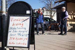 Olle Arvidsson tog emot pengar till Friluftsfrämjarna Arbrå lokalförening.