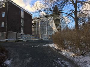 Ett hyreshus på Simpbylevägen spärrades av av polisen när man befarade att föremål kunde rasa ner från byggnadsställningen på grund av stormen.