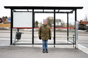 Maja-Britta Lindstedt ställde sig bakom kuren för att få skydd mot den kraftiga vinden.