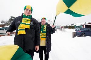 Peter och Sussi Hörding testar flaggorna inför damernas final på lördag,