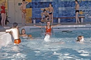 Badning pågår, Eyrabadet 1977. Förutom den K-märkta väggen verkar även bänkarna vara desamma som i dag. Foto: Örebro stadsarkiv/okänd fotograf
