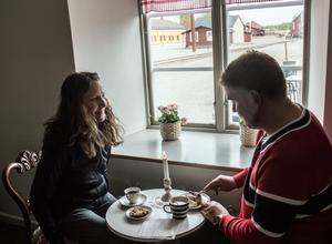 Pia Holmrud Wetterberg nappade när Peter raggade med kaffe-drickar-gesten.