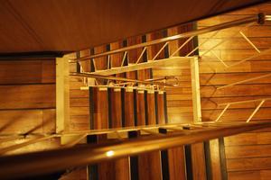 Många trappsteg till bryggan 25 meter upp.