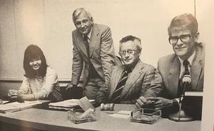 Kjell-Olof Feldt från 80-talet, flankerad av Ann-Marie Lindgren och Rune Molin till vänster och Ingvar Carlsson till höger. Från boken Ur skuggan av Olof Palme av Ingvar Carlsson. Foto: John Wahlbärj